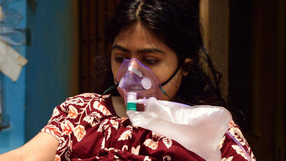 مريضة ترتدي كمامة منتظرة قبولها في مستشفى.