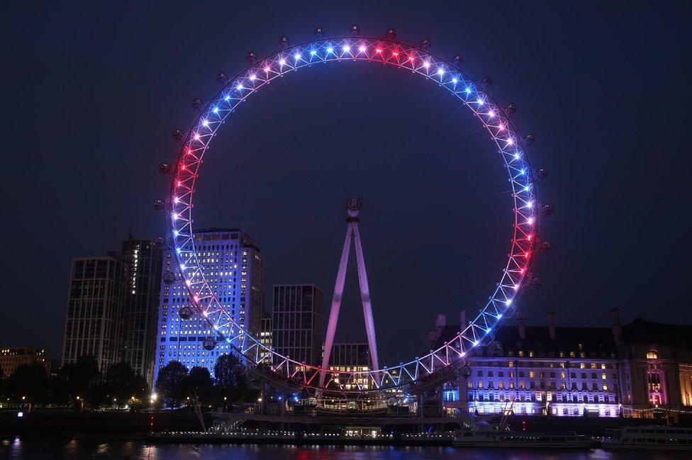Londonsko oko u plavoj, crvenoj i beloj boji povodom kraljevske bebe