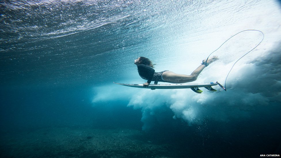 Maya Gabeira en el agua.