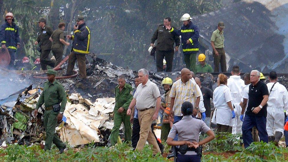 Presidente cubano camina en el lugar del accidente