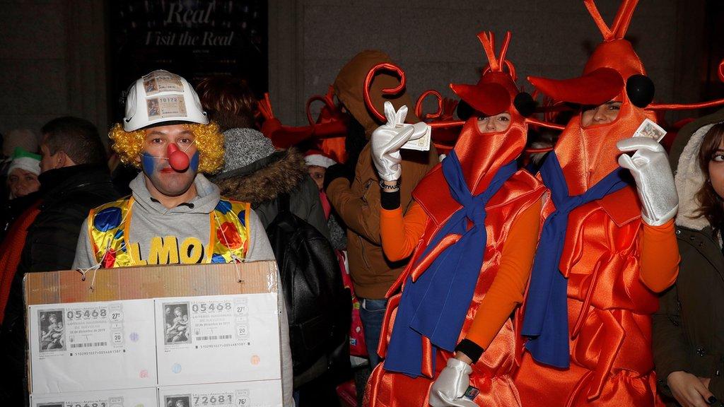 Personas disfrazadas frente al Teatro Real para el sorteo de El Gordo