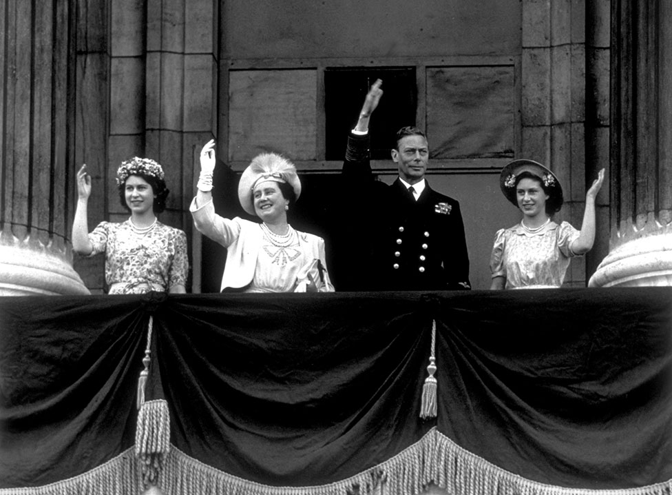 The Royal Family wave on the balcony of Buckingham Palace