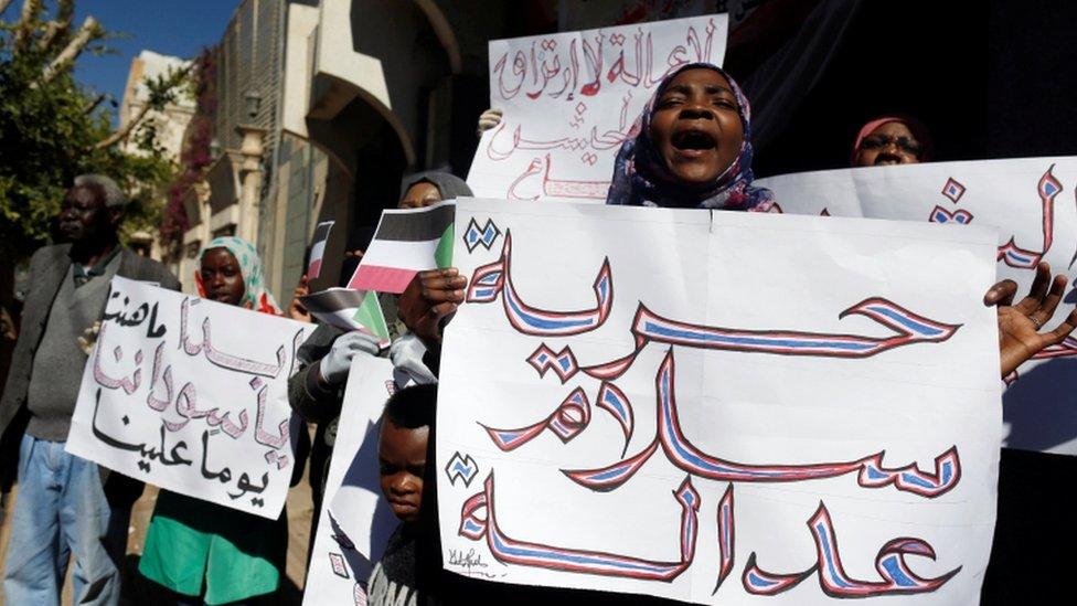 مظاهرات أمام السفارة السودانية في اليمن