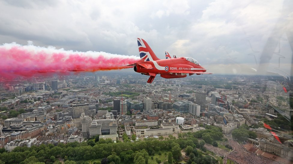 Red Arrow flies over Buckingham Palace