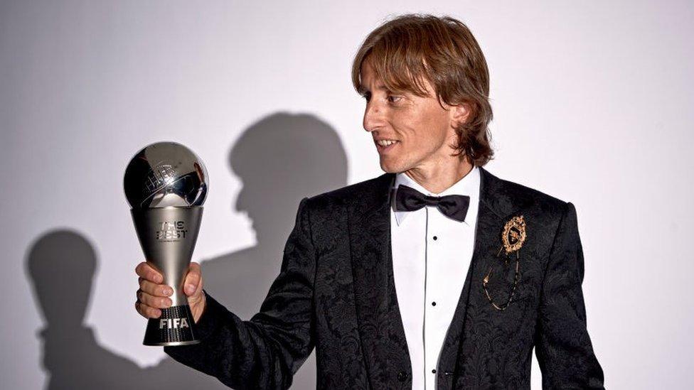Modrić sa peharom za najboljeg fudbalera sveta