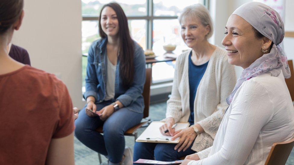 Mujeres comparten su experiencia con el cáncer de mamas.