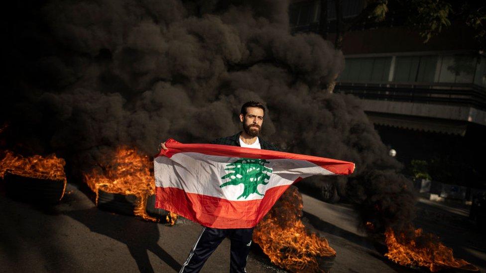 عائلات وأقارب المتظاهرين المعارضين للحكومة اللبنانية