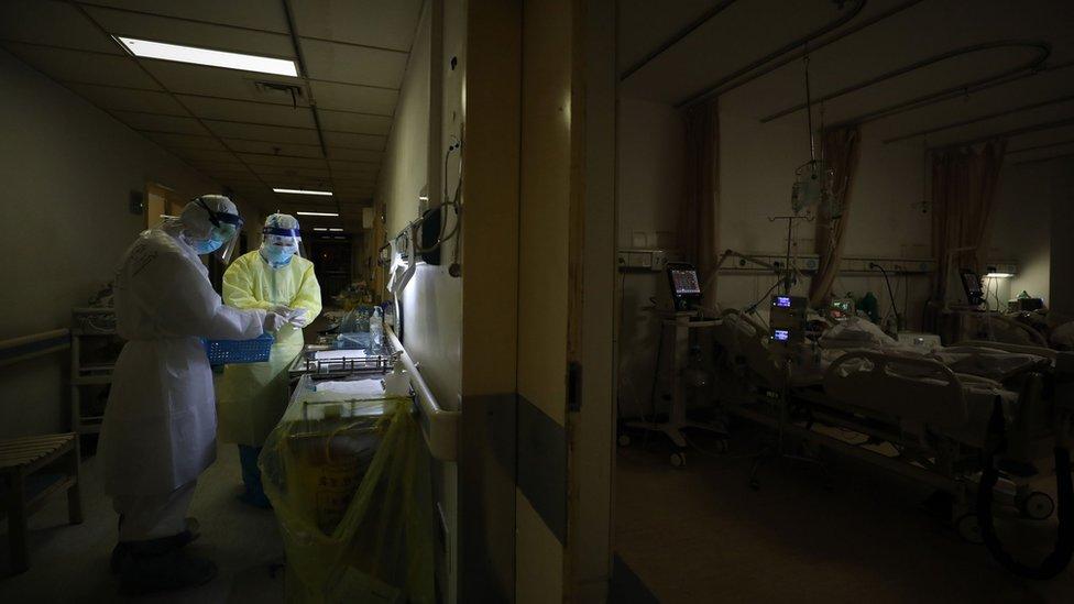 Médicos en Wuhan cuidando a pacientes de covid-19.