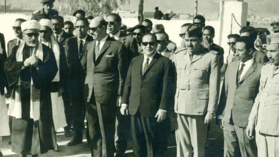 العيني يتوسط عدداً من كبار وزراء حكومته وفي يسار الصورة رئيس الجمهورية الأسبق عبدالرحمن الإرياني