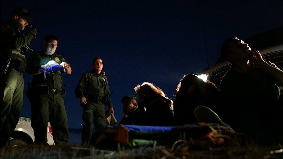 Agentes fronterizos detienen a migrantes que intentaban cruzar hacia EE.UU. sin los documentos requeridos.