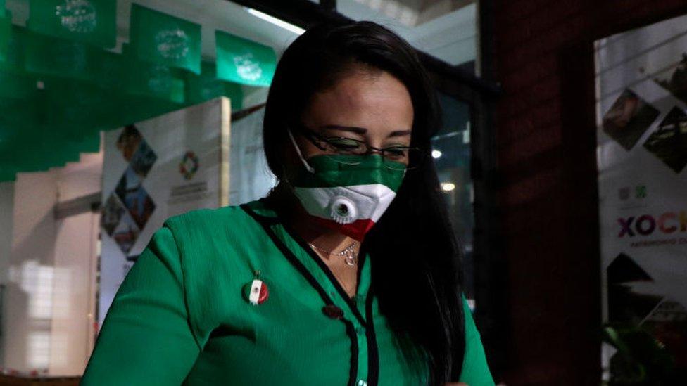 Mujer con barbijo en México