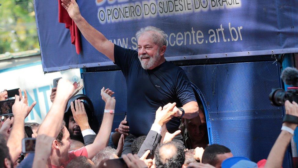 Lula frente a una manifestación de sindicalistas adeptos antes de su entrega a las autoridades para cumplir con su condena