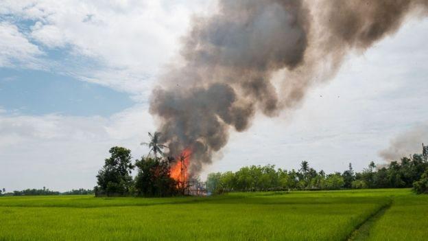 Підпалене село у М'янмі