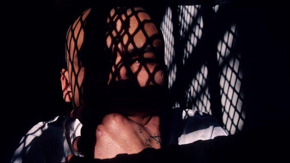 Un prisionero en una celda