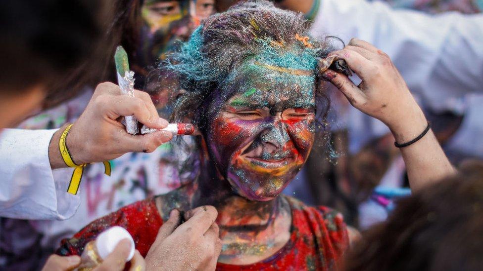 Una mujer es sometida a una ceremonia de iniciación en la Universidad de Granada, España