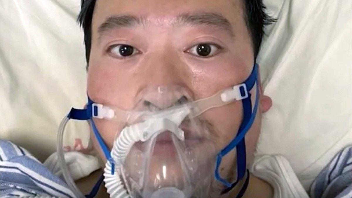 El doctor chino, Li Wenliang, en su lecho de enfermo en el hospital