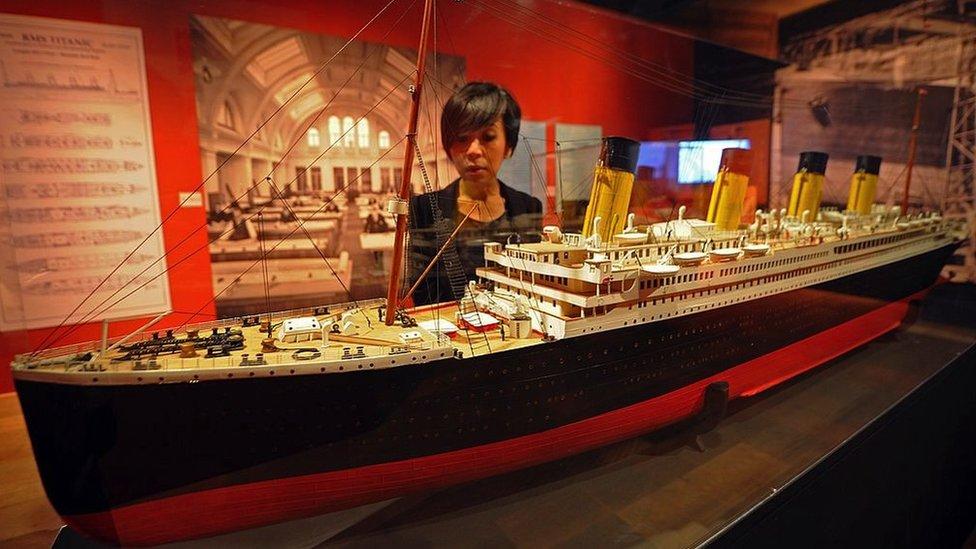 Mujer visita una exposición sobre el Titanic en 2012.