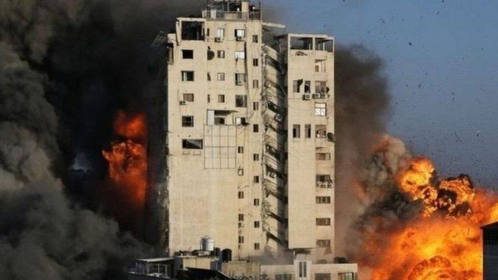 Gedung di Gaza hancur akibat serangan Israel.