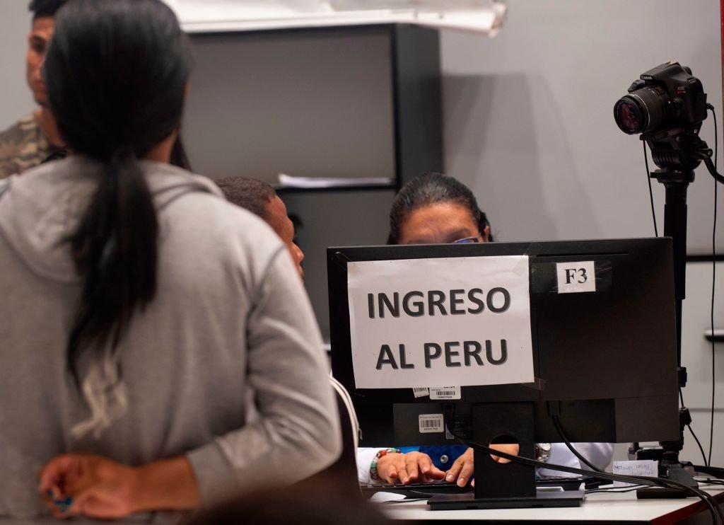Inmigrante venezolana entrando a Perú