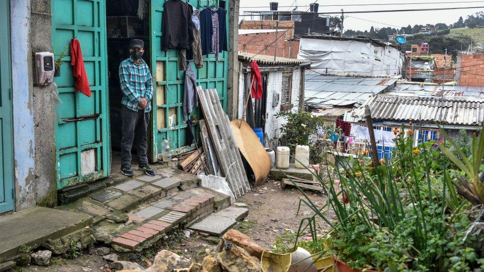 Hombre en un barrio pobre de Bogotá.