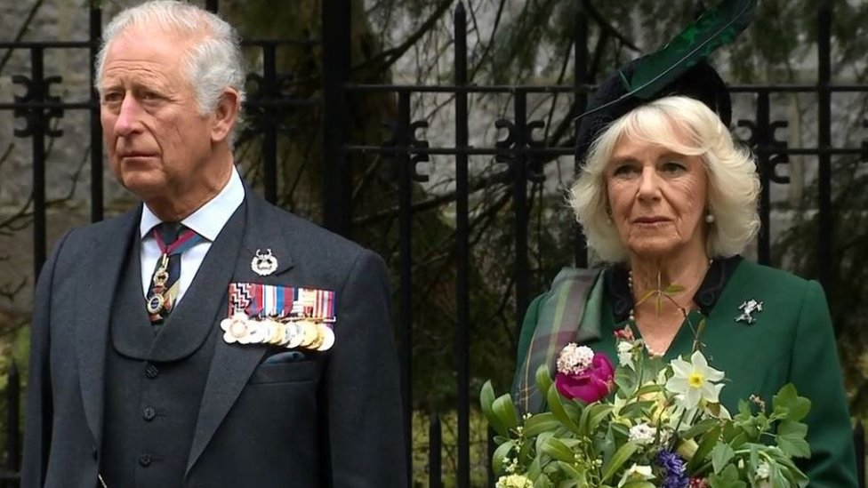 Princ od Velsa i vojvotkinja od Kornvola drže minut ćutanja