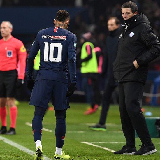 Neymar se lesiona y se retira llorando del PSG-Estrasburgo