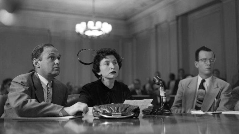امرأة تدلي بشهادتها امام اللجنة