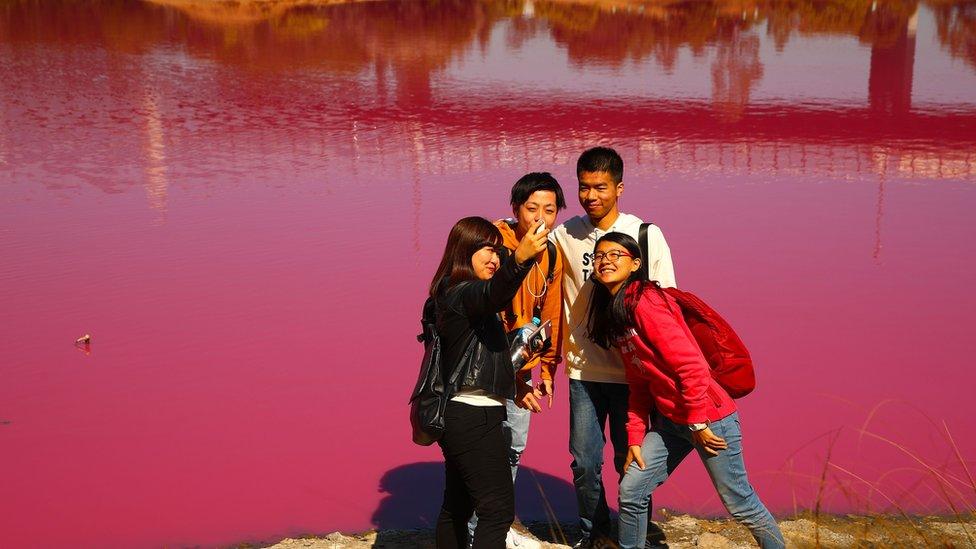 grupa turista ispred roze jezera