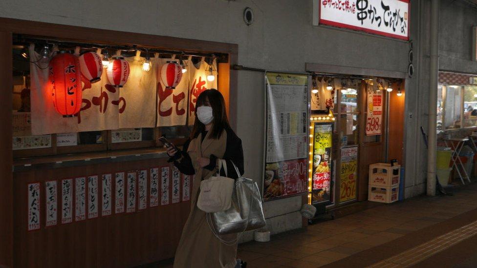 Chica con mascarilla en Tokio.