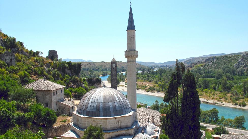 Džamija u Počitelju, u Hercegovini. Religija je neodvojiva od politike u BiH