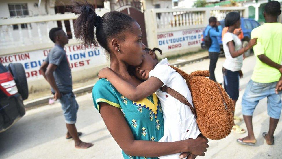 mujer con su hijo en Haití