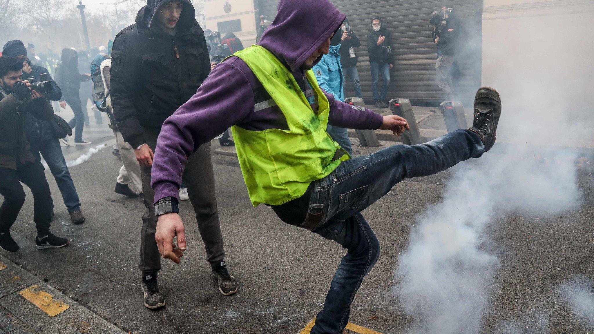 "Pokret ""Žuti prsluci"": Policija suzavcem na demonstrante u Parizu"