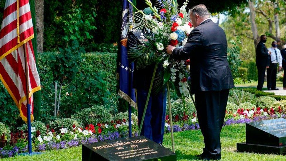 Mike Pompeo pone flores a la tumba de Nixon