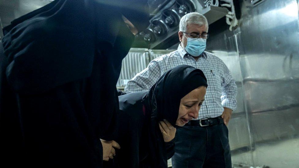 Una mujer llora a sus familiares muertos durante un ataque israelí en la ciudad de Gaza el 16 de mayo.