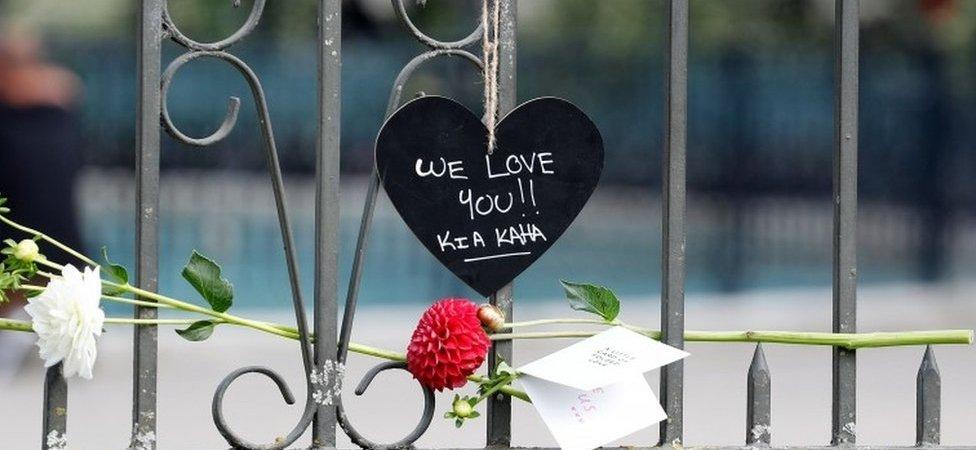 Christchurch'te ölenler anısına bırakılmış kalp şeklinde bir kağıt
