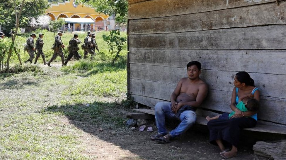 Vecinos de El Estor ante soldados
