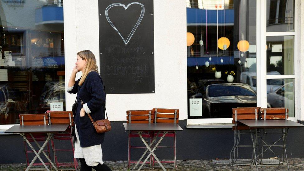 كراسي وطاولات أمام متاجر في برلين