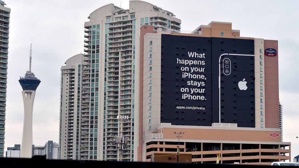 "Cartel de Apple en Las Vegas. ""Lo que sucede en tu iPhone se queda en tu iPhone""."