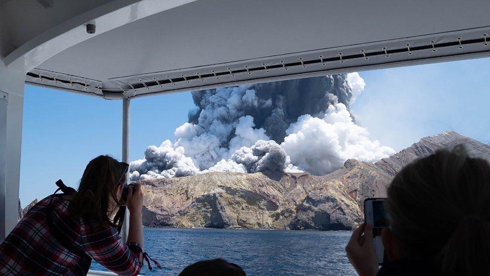 Volcán White Island, Nueva Zelanda, erupciona.