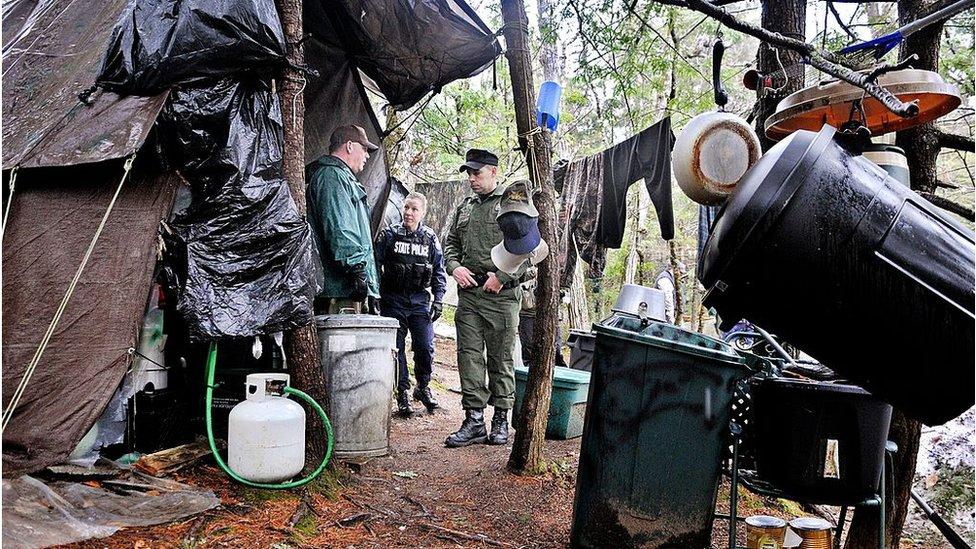 Policías en la tienda de campaña de Knight