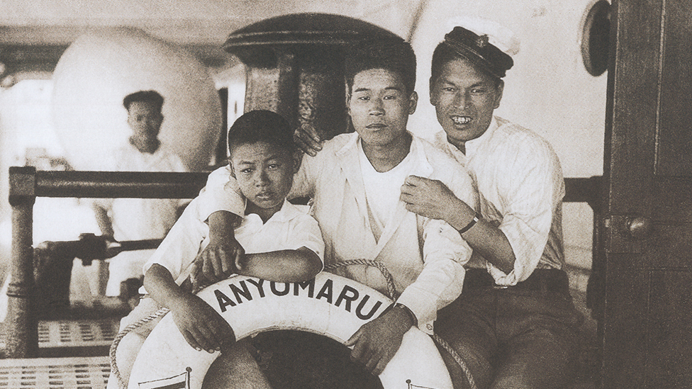 Dos jóvenes y un niño japoneses, en uno de los barcos que llevó a migrantes japoneses a Perú