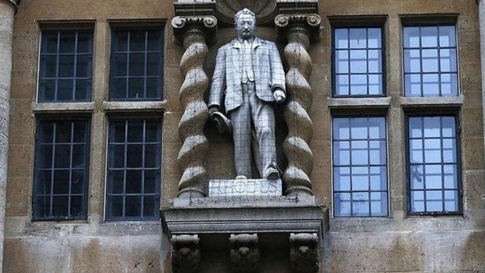 奧里爾學院(Oriel College)大樓上的西塞爾·羅茲(Cecil Rhodes)雕像