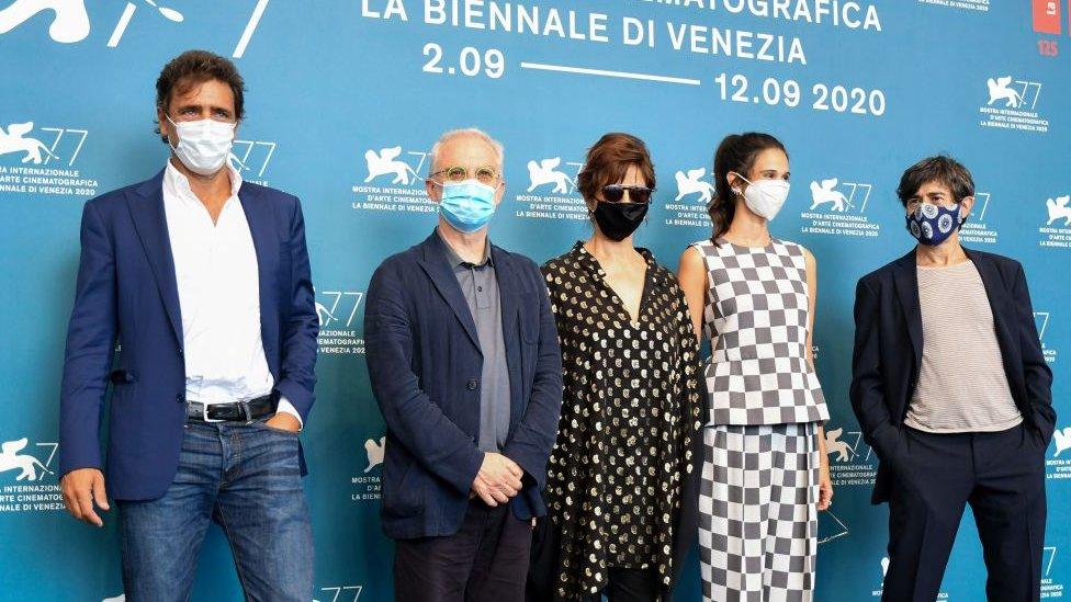 Lacci filminin ekibi maskeleriyle festivale katıldı