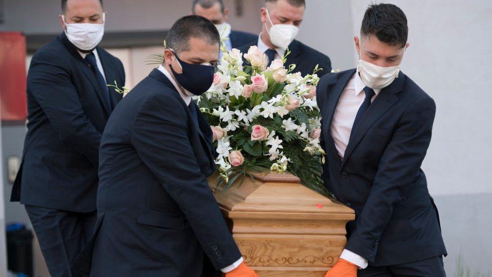 entierro de un enfermo de covid-19 en Italia.