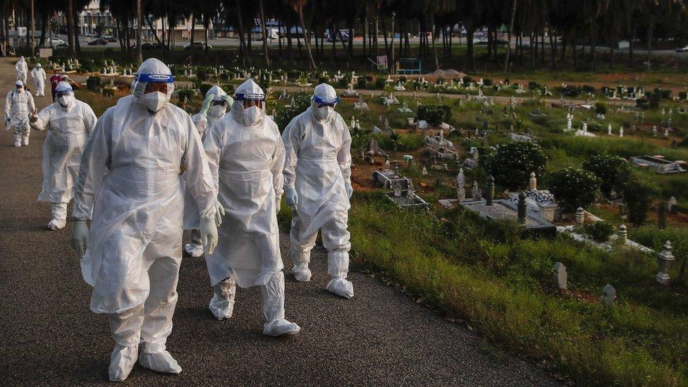 Trabajadores protegidos contra virus.