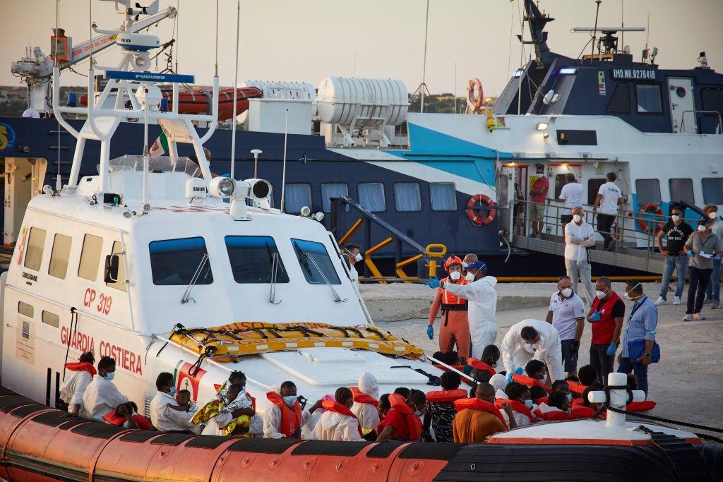 İtalya'da Lampedusa sahili yakınında, Louis Michel gemisi tarafından Libya'dan kurtarılmış bir grup göçmenin karaya çıkarılmasına yardım ediyor