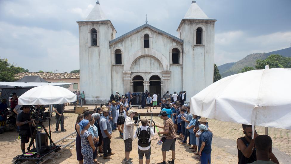 Set de filmación frente a la iglesia de Natividade.