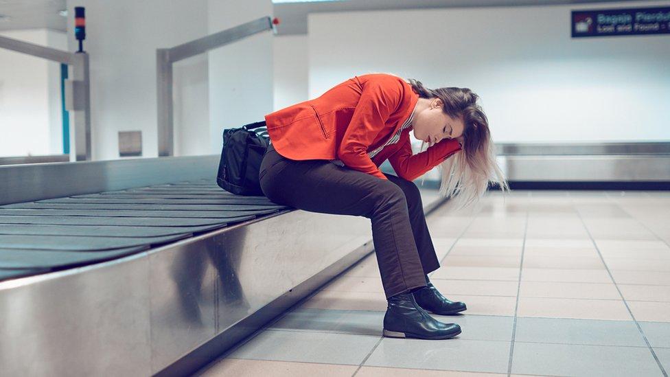 سيدة في المطار
