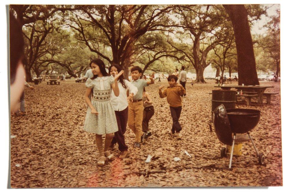 Virina sestra Sundradi, njen brat Nadirak i ostala kmerska deca, igraju na roštilju u gradskom parku u Nju Orleansu, 1982. godine.
