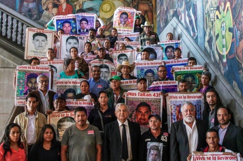 AMLO y familiares de los estudiantes desaparecidos de Ayotzinapa.